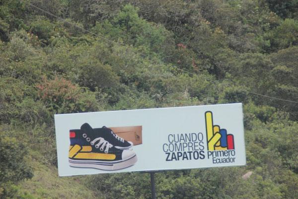 Überall trifft man Werbung an: Wenn du einkaufst, kauf ecuadorianische Produkte.