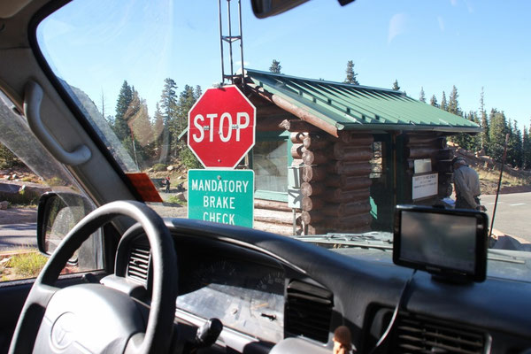 Das macht Sinn bei solch einer Abfahrt: Bremscheck in der Hälfte. Da unsere Bremsen nur 90 Grad heiss waren, durften wir weiterfahren.