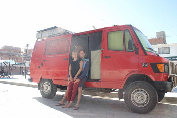 Annina und Pascal mit ihrem selbst ausgebauten Ex-Feuerwehr-Auto.