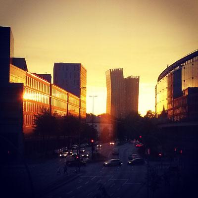 Sonnenuntergang August über den tanzenden Türmen der Reeperbahn