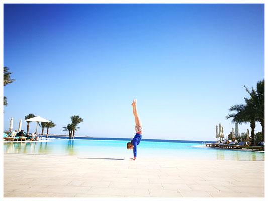 Handstand am Pool Ägypten Baron Hotel Sahl Hasheesh