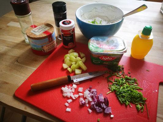 Zwiebeln, Schnittlauch, Kräutern aus dem Kühlfach, Zitrone, Gurke, Salz und Pfeffer und Paprika