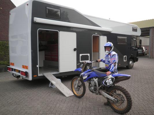 Camper met ruime garage voor motor