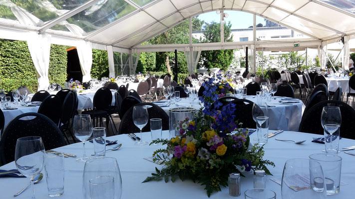 Zelt mieten, Zelt für Feier, Zelt Firmenevent, Hochzeit im Zelt, Dekoration Tische, leckere Cocktails