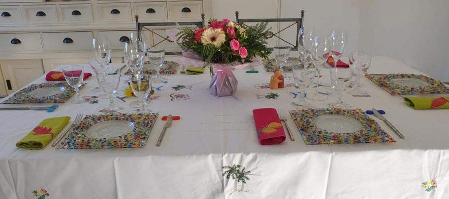 Collection Plumetis assiettes colorées et transparentes