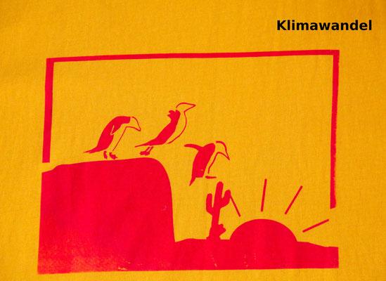 T-Shirt Motiv Klimawandel (Pinguine beim Sprung in die Wüsete). Klimaneutral, fair und bioologisch produziertes Textil