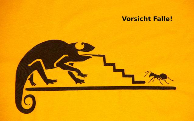 T-Shirt Motiv Vorsicht Falle (Chamäleon und Ameise). Klimaneutral, fair und bioologisch produziertes Textil