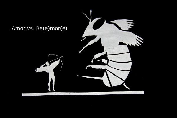 T-Shirt Motiv Amor vs. Beemore (Engel und Biene).  Klimaneutral, fair und bioologisch produziertes Textil