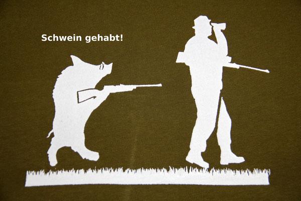 T-Shirt Motiv Schwein gehabt (Wildschwein mit Jäger).  Klimaneutral, fair und bioologisch produziertes Textil