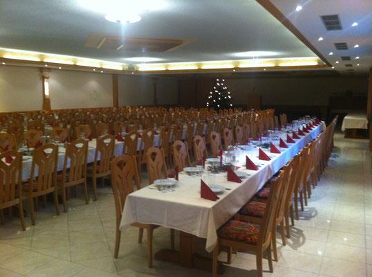 Weihnachtstafel im Festsaal