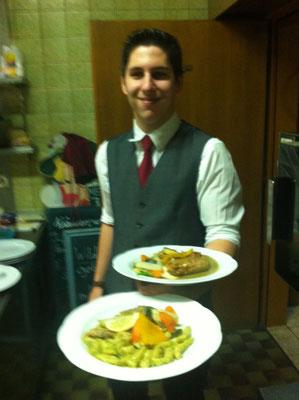 Oliver serviert heimischen Welsfilet auf Wildkräutersoße mit Topfen-Schupnudeln - Silvesterabend