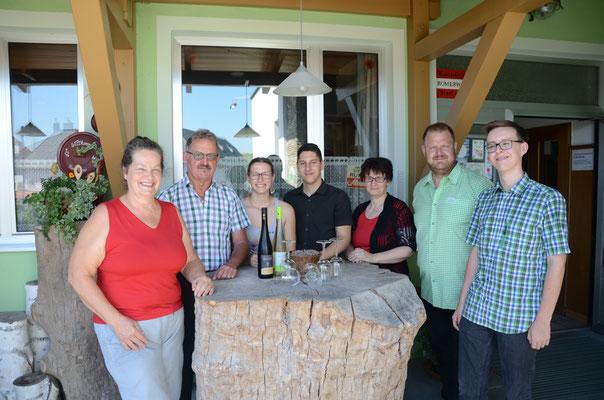 Familie Planer mit Oliver und Michaela (Mitte), zwei unserer tüchtigen Mitarbeiter
