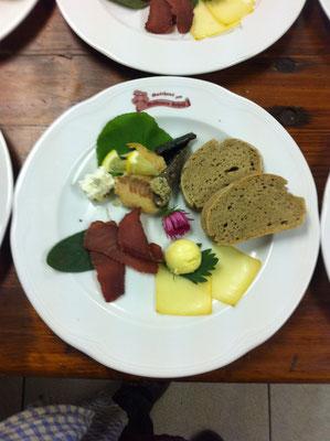Vorspeisenteller mit Wildschweinrohschinken, geräucherten Käse & Forelle, echter Bauernbutter,...