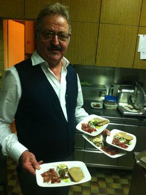Senior Herbert mit Gang Nr. 7 beim Silvestermenü: Rinderrohschinken, Quittenkonfekt, Käsepralinen mit Bauernbrot
