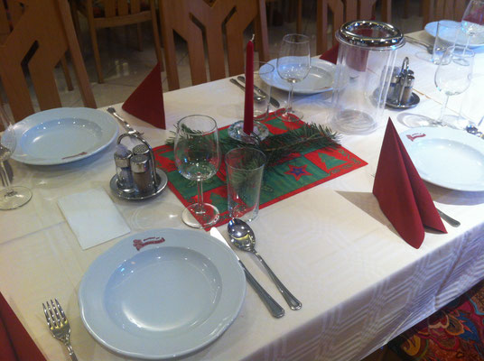 gedeckte Tafel für Weihnachtsfeier
