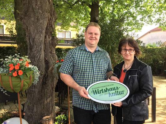 Hannelore und Patrick Planer mit dem neuen Wirthauskultur-Logo