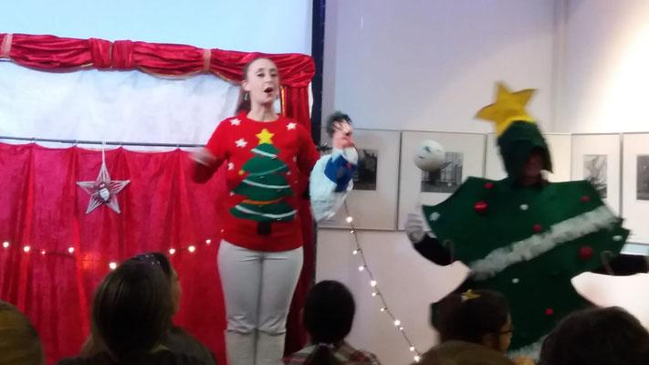 Oma Lilo und Oma Latz sind entsetzt  - eine Weihnachtskugel ist zerbrochen. Ob ihnen der Weihnachtsbaum da helfen kann?