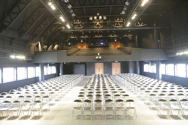 さまざまなセミナーやヘアステージが行われる収容人数1200名の【グランドホール】