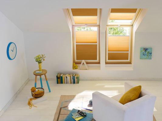 KADECO Waben Plissee als Sichtschutz und Sonnenschutz im Wohnzimmer