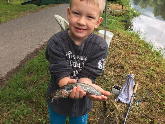 eine stolzer Angler - Tom mit seinem ersten Wels