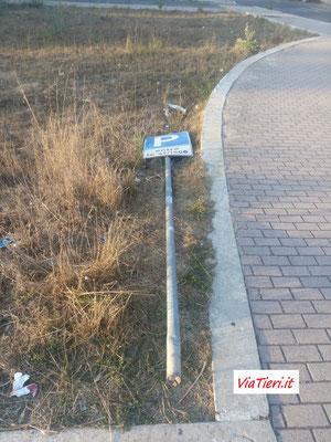 Cartello stradale divelto e giacente da diversi mesi nei pressi del civico 166 di V.Tieri (lato opposto)