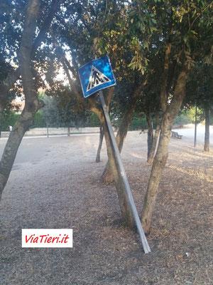Cartello stradale abbandonato al parco pubblico