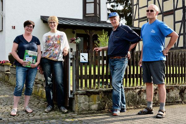 Familie Degenhardt, ebenfalls in der Wilhelmsstraße 18, mit sieben Mehlschwalbennestern