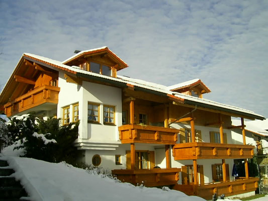 Wertach-Ferienwohnungen.de  Blick auf das Gästehaus Natterhof vom Garten aus.