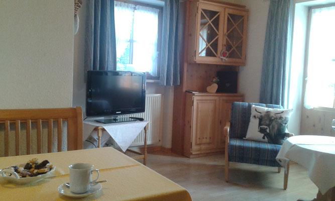 Wertach-Ferienwohnungen.de Blick ins Wohnzimmer Ferienwohnung Regenbogen