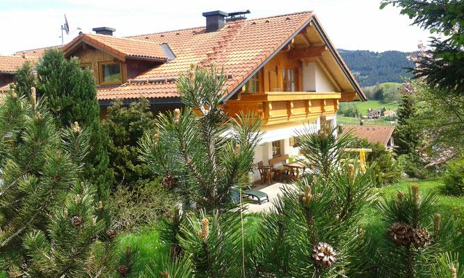 Wertach-Ferienwohnungen.de  Blick auf den Balkon Ferienwohnung Schwalbennest