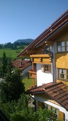 Wertach-Ferienwohnungen.de  Blick auf den Balkon Ferienwohnung Wolfsbau