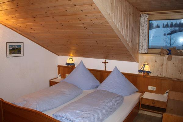 Wertach-Ferienwohnungen.de  Blick ins Schlafzimmer Ferienwohnung Bärenhöhle