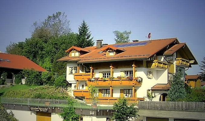 Wertach-Ferienwohnungen.de  Blick auf das Gästehaus von der Strasse aus.