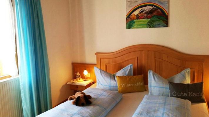 Wertach-Ferienwohnungen.de Blick ins Schlafzimmer Ferienwohnung Regenbogen