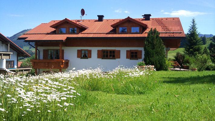 Wertach-Ferienwohnungen.de  Blick vom Garten zum Gästehaus Nattererhof 44