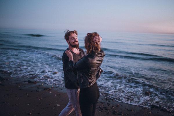 Britisches Paar genießt die Zweisamkeit am Strand