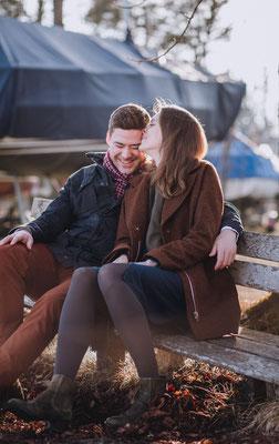 Zukünftiges Brautpaar sitzt auf einer Bank am Starnberger See und haben eine gute Zeit miteinander