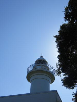 岬に灯る灯台の