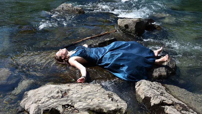 flow, fliessen, Frau, Mensch, Fluss, Wasser, textakteurin, flowfly.photo