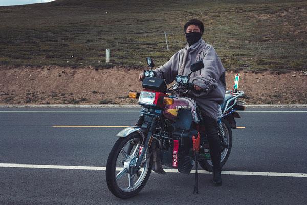 Gelernt: Die Menschen tragen in den Bergen einen Mundschutz - gegen die Kälte, aber vor allem auch gegen die starke Höhensonne. Das Schönheitsideal weiterhin weiße Haut.