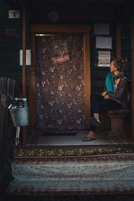 Warten vor dem Dorfladen mit seinen willkürlichen Öffnungszeiten.