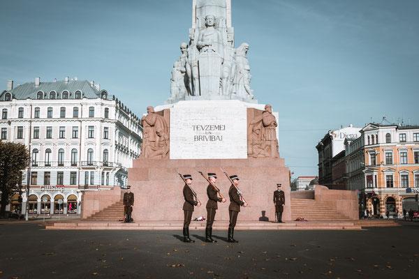 """Die """"Honour Guards"""". Das Freiheitsdenkmal in Riga bewachen die jungen Herren stolz - im Gleichschritt oder bewegungslos. ...Und werden wiederum von einem Security bewacht."""