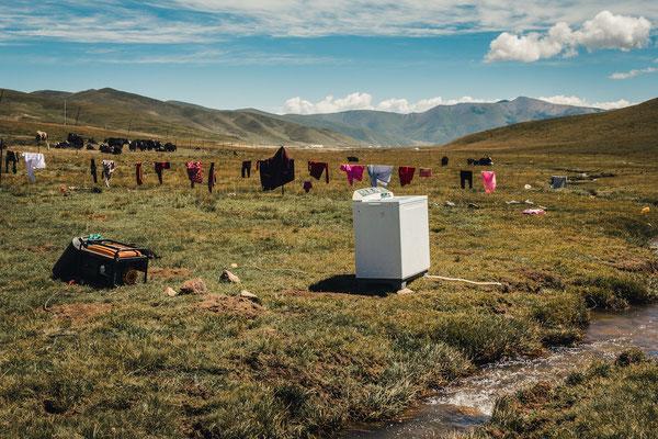 Die etwas andere Waschküche. Mit dem Generator betrieben - standen die Waschmaschinen der Jurten-Familien meist irgendwo in der Wiese neben dem Bach. Die Yaks grasten, die Kleider trockneten auf den Zäunen.