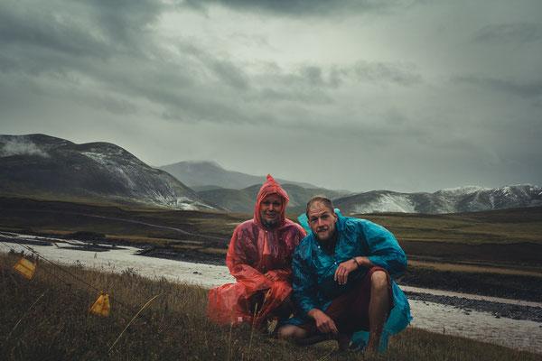 Der Versuch eines Grinsens nach dem Mörder-Gewitter. Die Berge blieben bis am nächsten Tag vom Hagel weiß gezuckert.