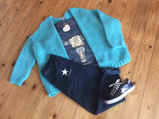 Cardigan türkis, one size, 69€  Joggingpants loose navy, one size  59,90€