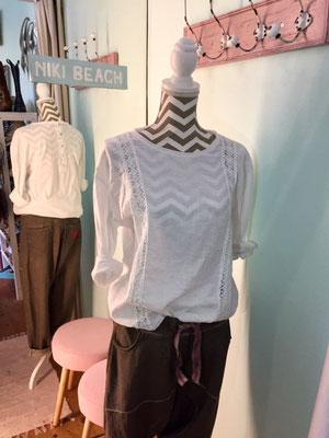 """Shirt/Blouse """"Down Under"""" mit Rundhalsausschnitt, in white und grey (sold out) erhältlich, one size, 34,90€"""