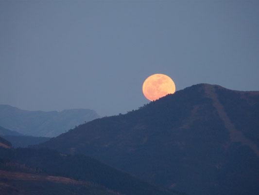 Salida de la luna llena en Algatocín, Málaga, equinoccio de primavera