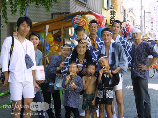 新佃さん、神輿仲間の皆さん。祭りという伝統を子供達に伝えて行きたいね。普段は海外在住で、今回祭りに参加したけど改めて「祭」と「生魚が食べられる事」は最高だと思うよ。
