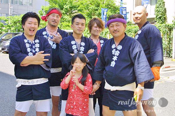 宮本會/五東会さん。知らない人とでも和気あいあい、みんなで一つのことでする。それが祭の魅力かな。そのほかのオススメの祭は、東京葛飾・亀有香取神社祭礼、五東会の神輿はデカイよ!