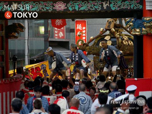 〈神田祭 2017.5.14〉江戸神社奉賛会(旧神田市場) 千貫神輿 ©real Japan'on -knd17-045
